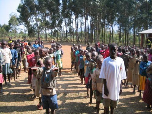 Élèves en rangs écoutant la présentation de la fondation.