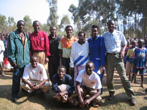 Le directeur, le personnel enseignant et un membre de la fondation.