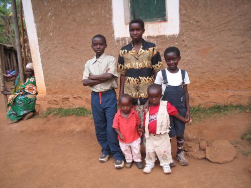 Deux enfants d'un enseignant et 3 élèves de l'école